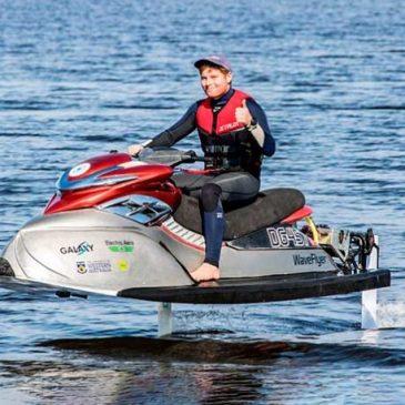 "Ousado e polêmico, o novo jet WaveFlyer usa motor elétrico e hidrofólios para ""voar"" na água"