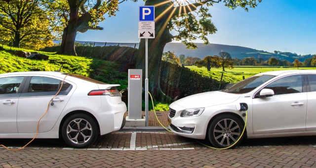 Preços de carros elétricos se aproximam de veículos a gasolina